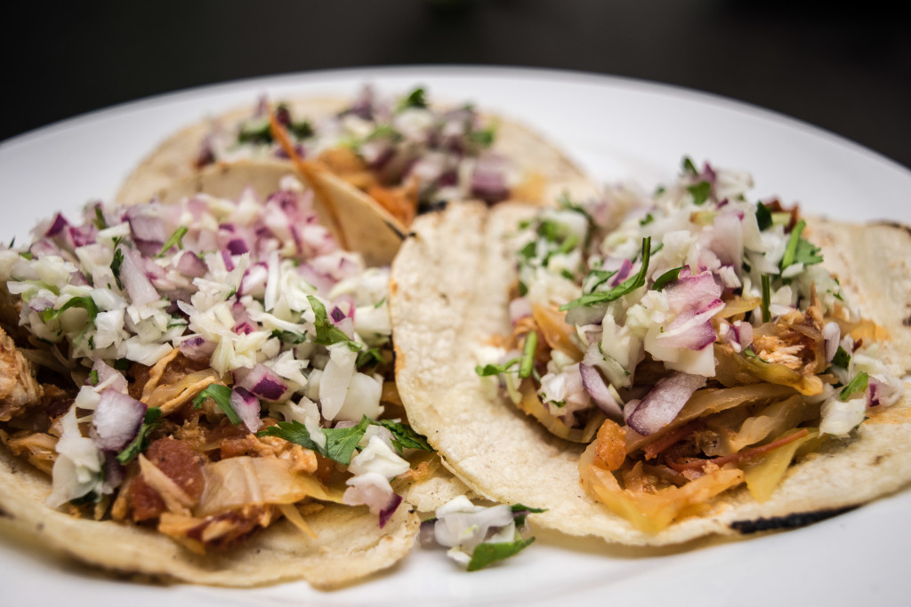 tacos de tinga de rez con repollo