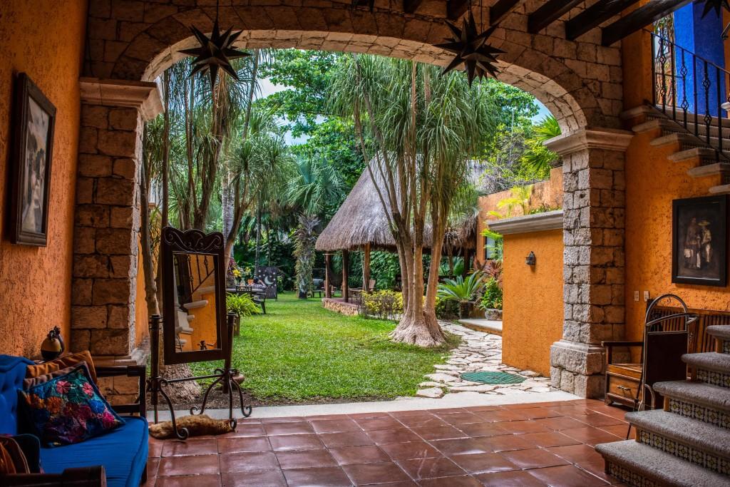 reception and garden of Hotel Lunata