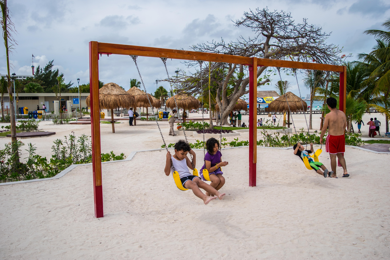 Playa Langosta Park swings, Cancun